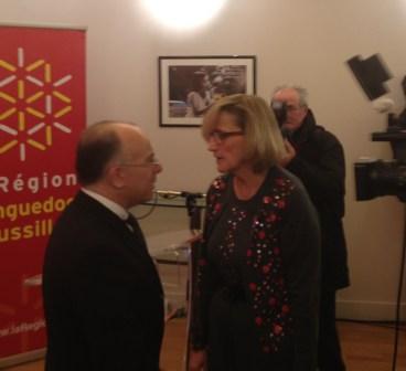 Françoise Dumas s'entretenant avec le ministre charge des Affaires européennes Bernard Cazeneuve.