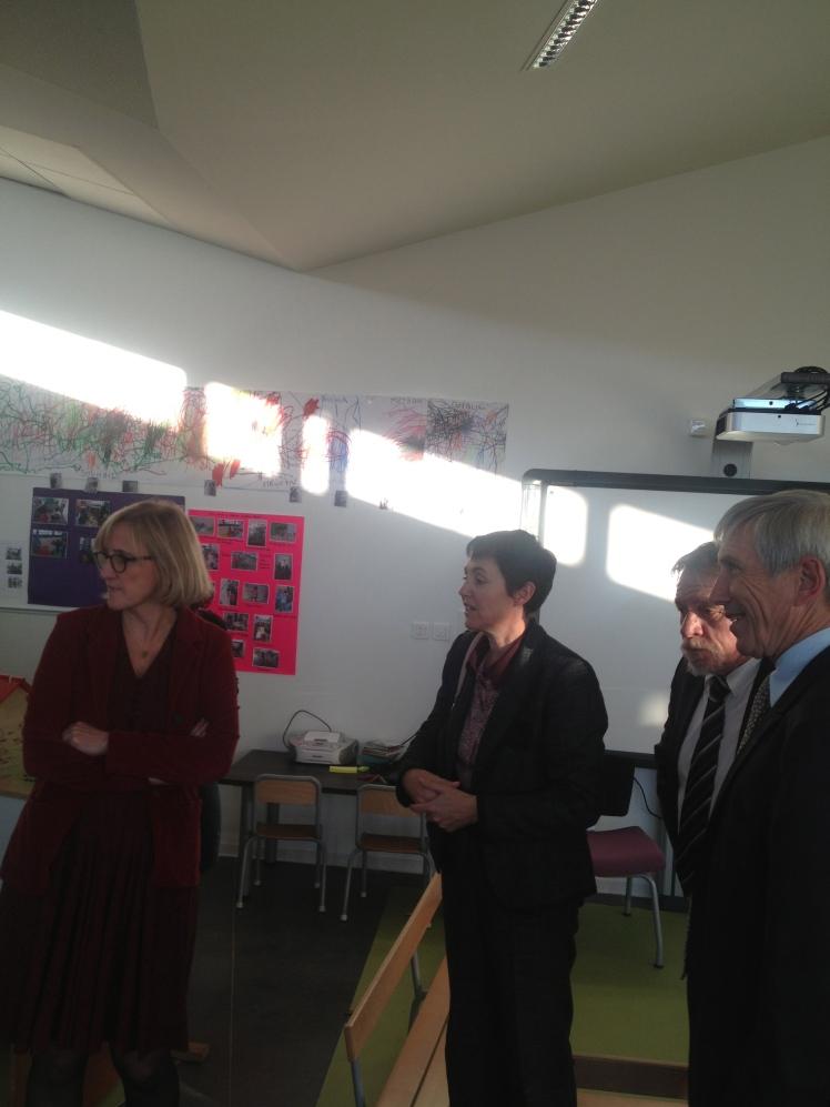 Françoise Dumas, visitant la classe d'accueil des enfants de moins de 3 ans, en compagnie de Jacky Raimond, adjoint au Maire de Nîmes délégué à l'éducation et des représentants des Services académiques de l'Education nationale dans le Gard.