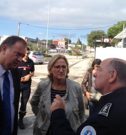 Françoise DUMAS sur le terrain des inondations le 11 octobre dernier aux côtés de Monsieur le Préfet du Gard, Didier MARTIN et de Monsieur Gil ANDREAU, Directeur de la Sécurité publique du Gard.