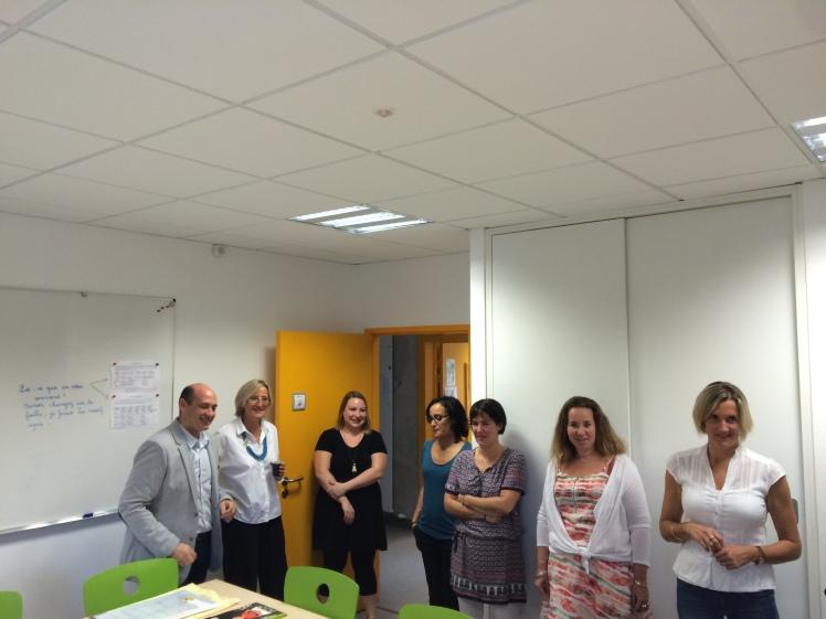 Françoise DUMAS et Juan MARTINEZ accueillis par Mme MIELVAQUE, directrice de l'école Henri Serment et une partie de son équipe.