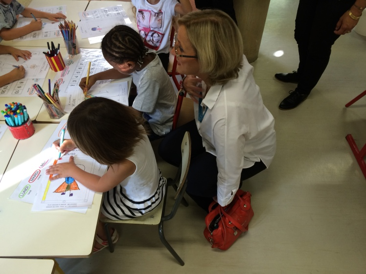 Françoise DUMAS aux côtés d'élèves de moyenne section de l'école Philippe Lamour